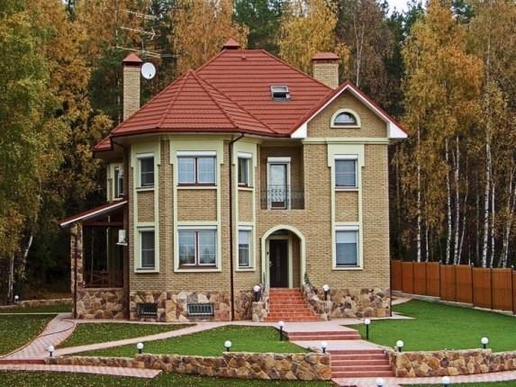 Дом с кровлей из металлочерепицы