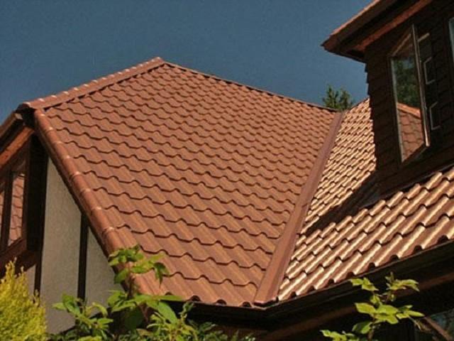 Металлочерепичное покрытие крыши дома