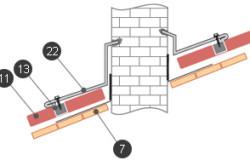Схема установки фартука вокруг выхода дымохода: 7 - дополнительные бруски обрешетки; 11 - лист металлочерепицы; 13 - уплотнитель; 22 - планка примыкания.